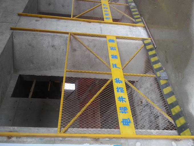 电梯门防护